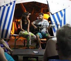 Música en directo en el campamento de surf