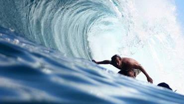 Surfista en ondular grande