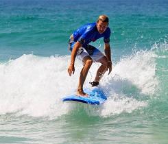 Surfista en clase de nivel medio