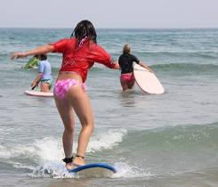 Surfista principiante practicando sobre la tabla