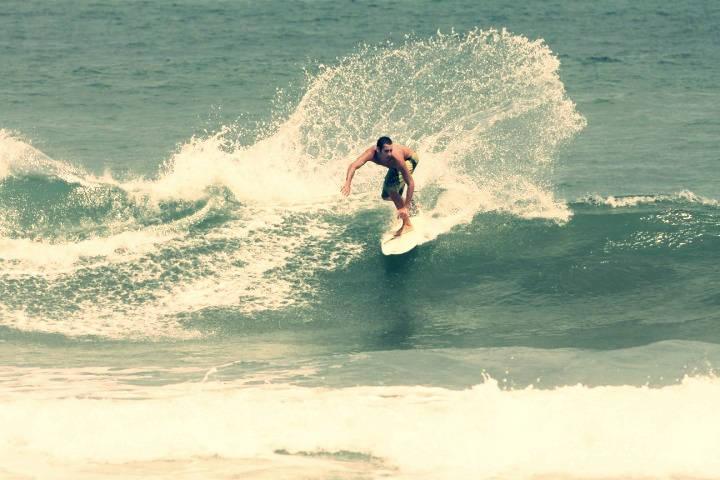 Die besten Wellen für euer Surferlebnis. Surfer dreht sich in einer Welle.