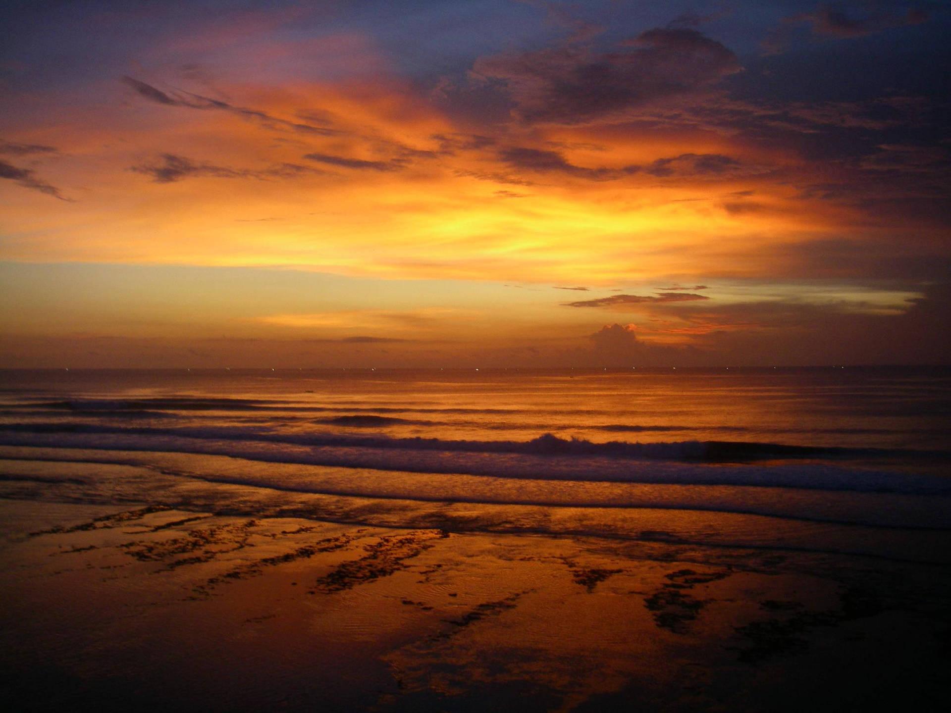 Sonnenuntergang am Strand. Ein unvergesslicher Anblick im Surfurlaub.