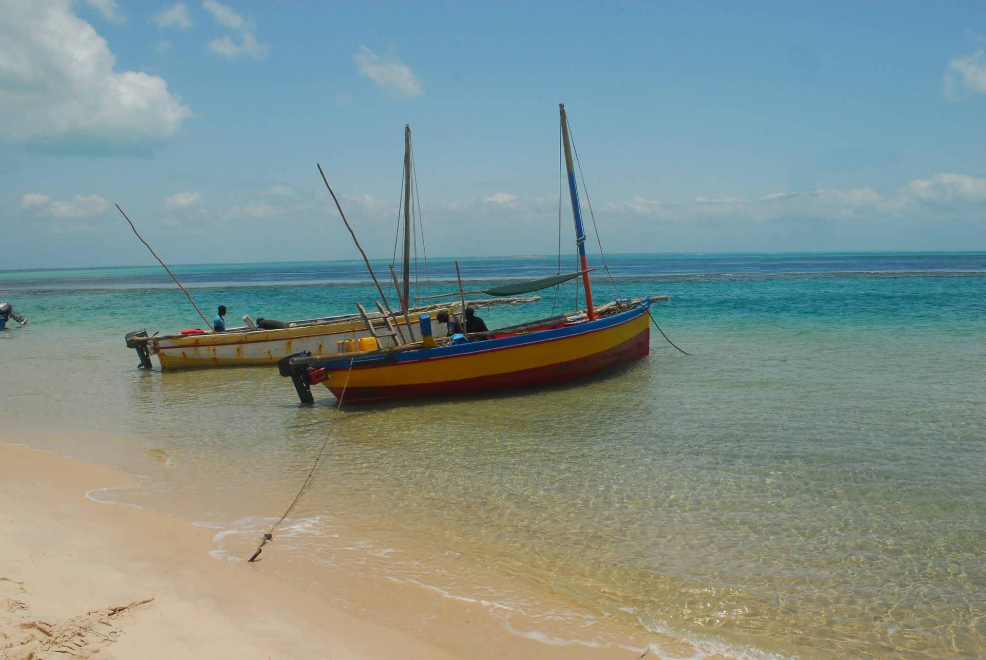 Strände und Wellen wie im Paradies. Fischerboote und blaue See.