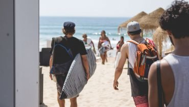Surfschüler auf dem Weg in die Wellen
