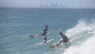 Surfen vor der Skyline der Gold Coast