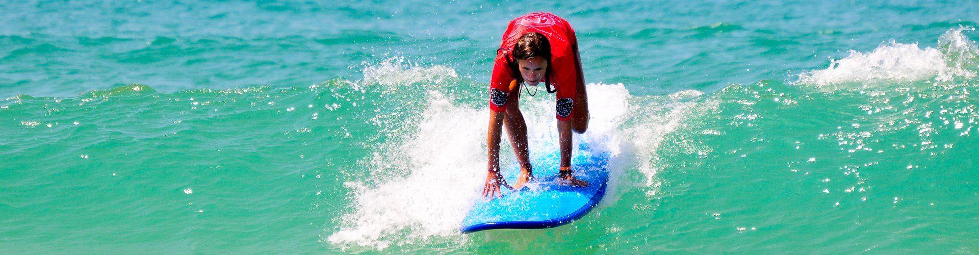 Lernen Sie an einem sonnigen Tag mit Planet Surf Camps Bourdeaux