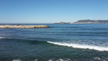 Kleine Wellen am Mittelmeer