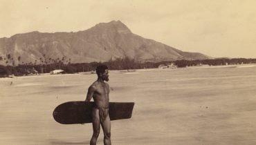 Das erste Foto eines Surfers in Hawaii um 1890