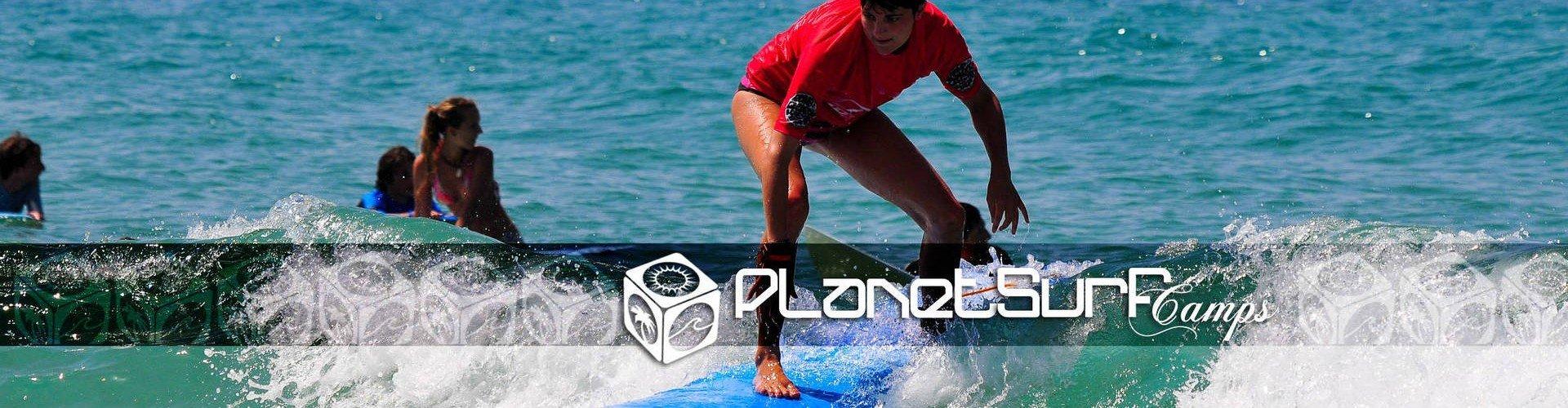 Junior Surfen einen sonnigen Wave in Europa