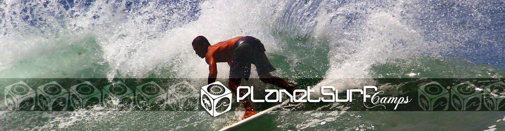 Qualifizierte Surfer unter einer Welle