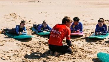 Clase teórica en la playa - Surf camp Junior Moliets