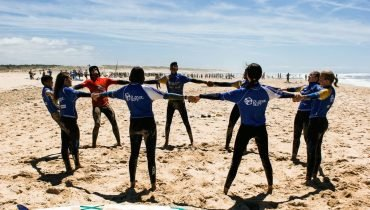 Surf training in circle at beach - Surf camp Junior Moliets