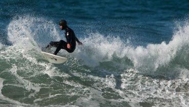 Nur mit Haube und dickem Neo möglich: Surfen im Winter